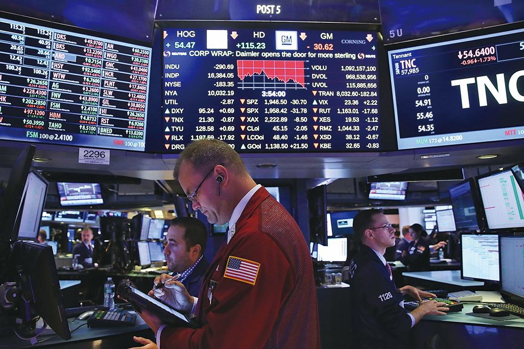 美銀最新調查顯示,市場目前最擁擠的交易是納斯達克,其次是做多歐股,第三名是做多美元。圖為紐約證券交易所交易大廳。(Spencer Platt/Getty Images)