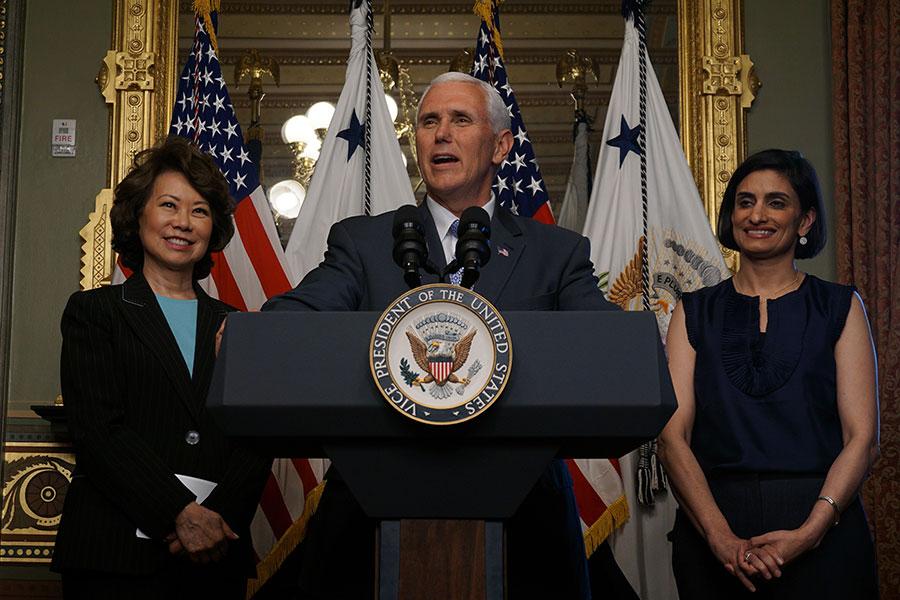 白宮在周三(17日)為亞太裔傳統月舉行慶祝活動。美國副總統彭斯(中)及交通部長趙小蘭(左)、特朗普政府醫療政策顧問魏瑪(右)等亞裔領袖出席並致辭。(王凱迪/大紀元)