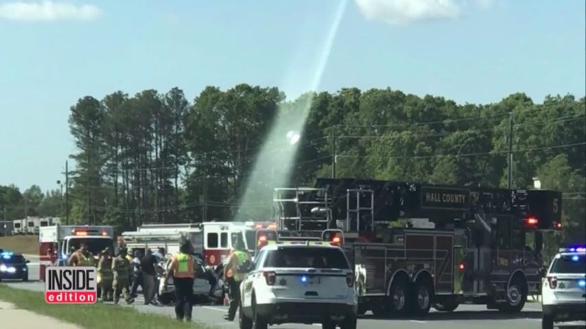 美國喬治亞州最近發生一宗致命車禍,導致三人遇難。一個在現場的陌生人拍攝的一張照片上顯示,一束白光從汽車殘骸直沖天空。(視像擷圖)