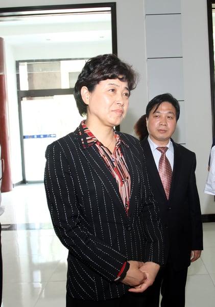 中國第一個因其丈夫經商被查處的正廳級官員內蒙古女廳官陶淑菊(圖前),他們倆受賄2500餘萬元人民幣。(大紀元資料室)