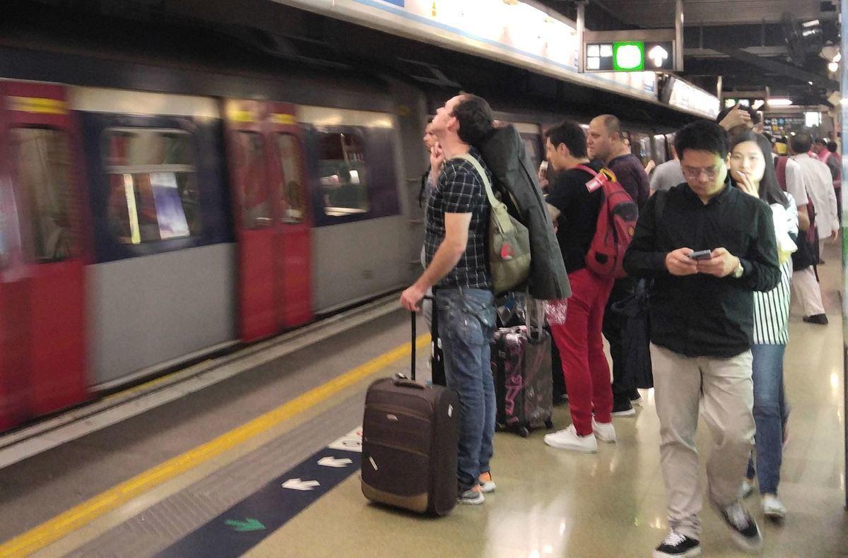 昨日下午3時許,港鐵紅磡站與旺角東站之間有架空電纜斷裂,東鐵綫服務嚴重受阻數小時。(港鐵Facebook)