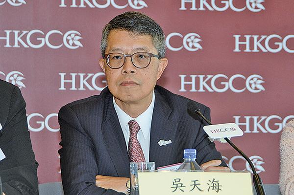 香港總商會主席吳天海18日表示,回歸後社會將精神放在經濟以外的地方,形容是政治騎劫經濟,導致香港每況愈下。(宋碧龍/大紀元)