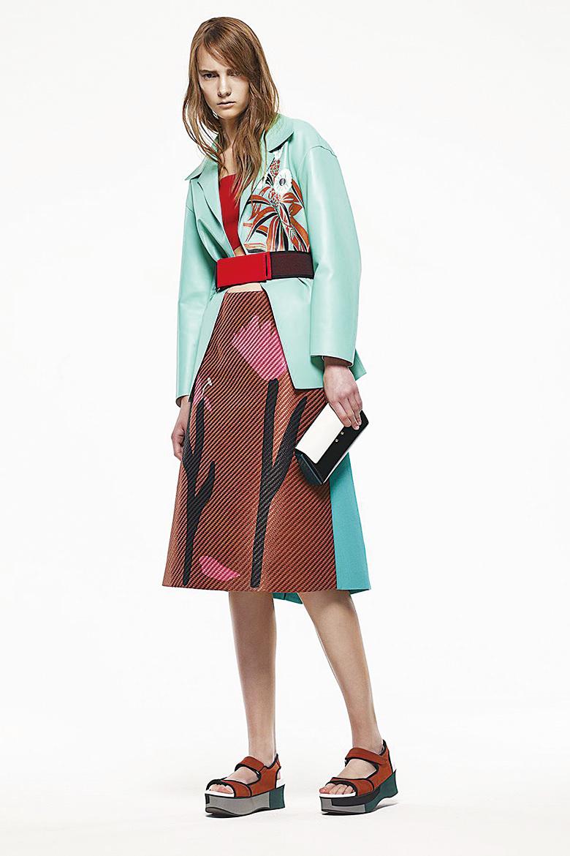 藍綠色和棗紅色為主色,再配以黑色和紅色的腰帶,造型襯托出女性的甜蜜,此類搭配適合穿著大膽的人。(網絡圖片)