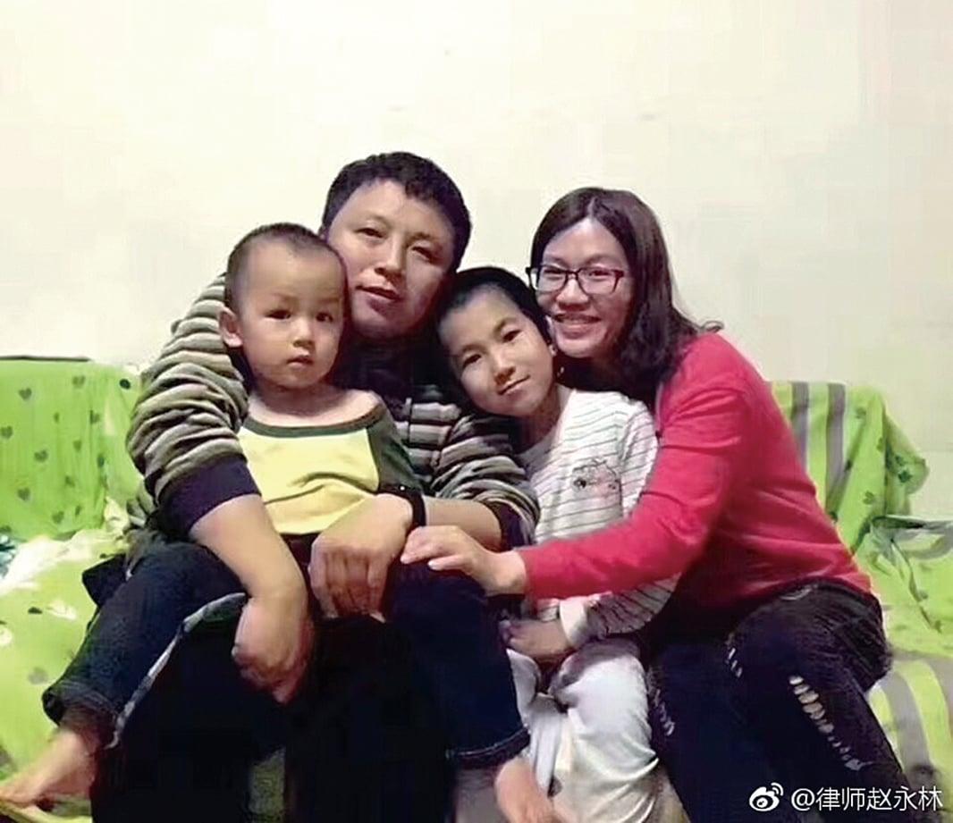 維權律師陳建剛一家。(網絡圖片)