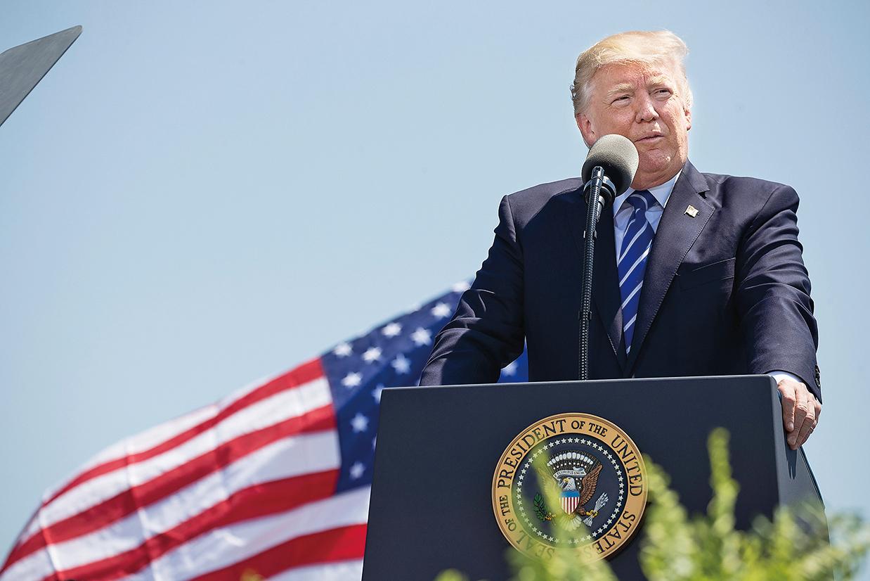 總統特朗普5月1日在美國海岸警衛隊學院2017屆畢業典禮上致辭。(Getty Images)