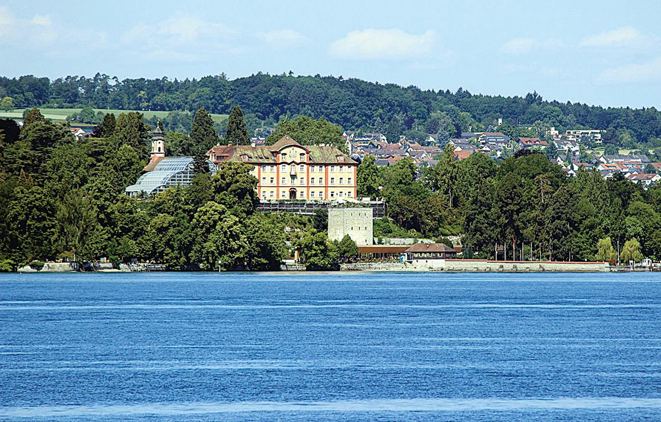 在博登湖上遠觀美瑙島。因為島上成片的鮮花絢麗多彩,所以人們更愛稱它為「花島」。(維基百科)