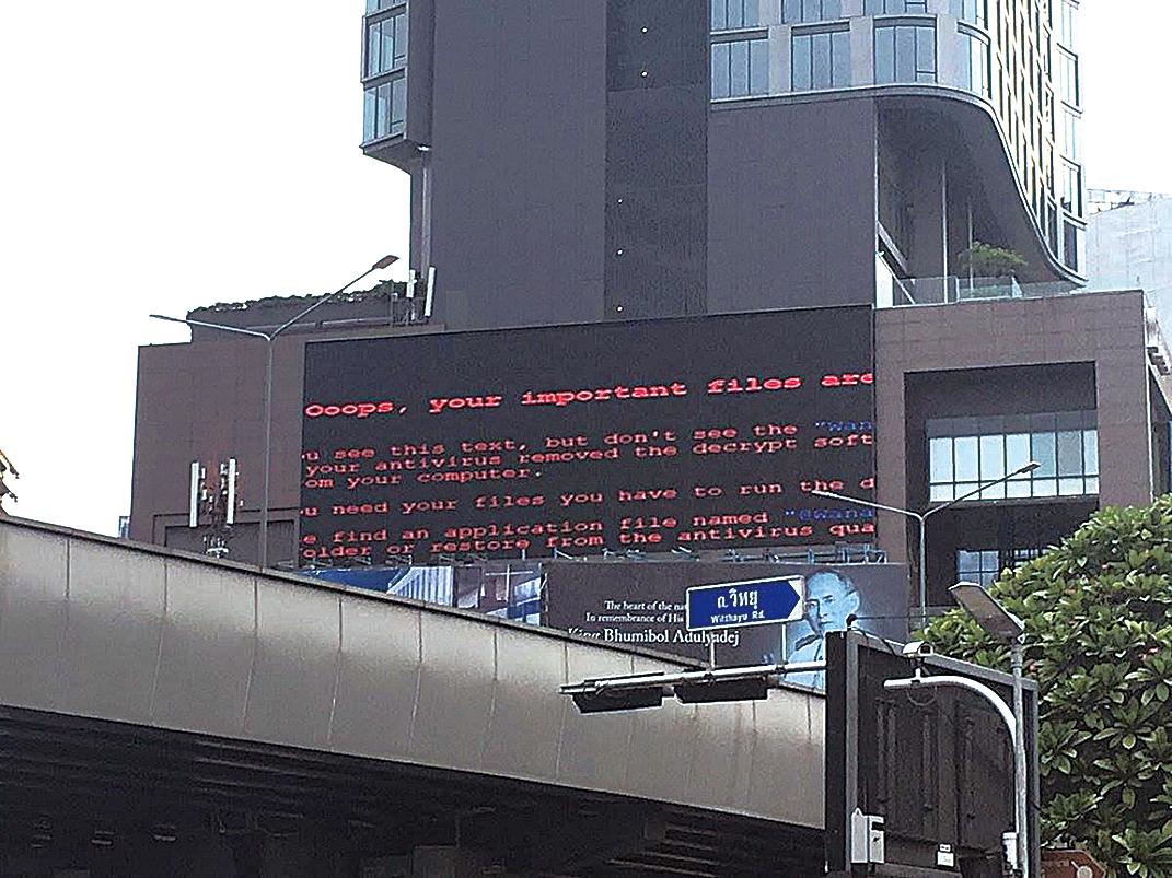 泰國高速公路屏幕顯示電腦遭「WannaCry」攻擊的情況。(網絡截圖)
