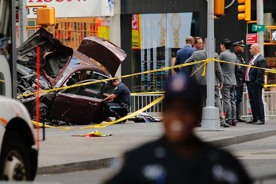 美國一名有醉駕前科的海軍退伍軍人18日在紐約時代廣場附近駕車時,撞向行人,造成1人死亡,至少22人受傷。圖為警方正在檢查肇事車輛。(EDUARDO MUNOZ ALVAREZ/AFP/Getty Images)
