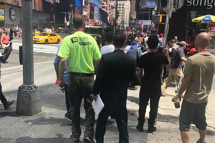 周四(5月18日)紐約市時代廣場發生慘劇,一輛汽車撞擊時代廣場的行人,導致至少1人死亡,10人受傷。(視像擷圖)