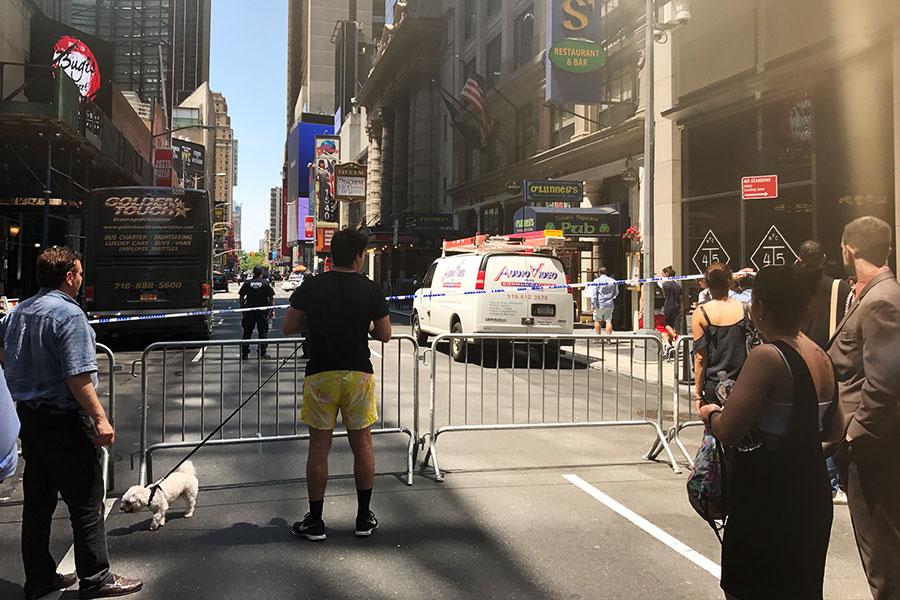 紐約時代廣場發生撞人慘劇造成1死22傷,圖為事發現場。(新唐人電視台)