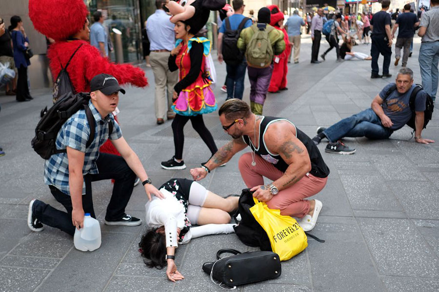 紐約路人在救助傷者。(JEWEL SAMAD/AFP/Getty Images)