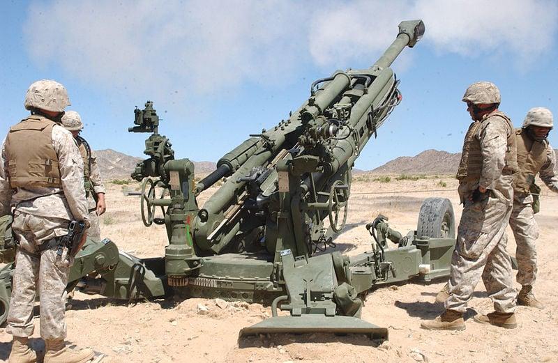 印度軍方準備用來部署在與中國大陸緊鄰山區以增強火力的首批M777超輕型榴彈炮,18日運抵印度。(Wikimedia Commons/USMC)
