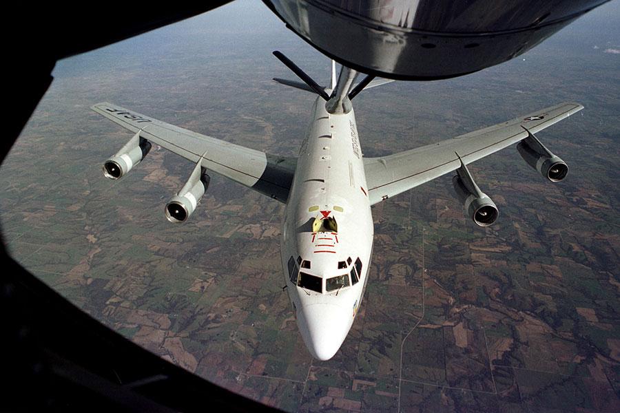 美軍一架核偵察機5月17日在東海國際空域遭遇中共兩架蘇-30(SU-30)戰機近距離攔截,當時雙方只相距46米遠,美軍批評中方的行為「不專業」。圖為一架WC-135 Constant Phoenix。(U.S. Air Force)