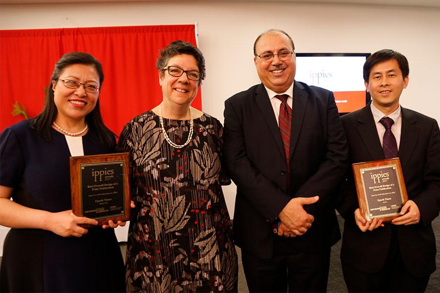 《大紀元時報》紐約中文版設計總監劉敏豫(左一)、CCEM主任Karen Pennar(左二)和Jehangir Khattak(右二)、及大紀元副總編黃萬青(右一)在2017年度Ippies頒獎儀式上合影。 (施萍/大紀元)