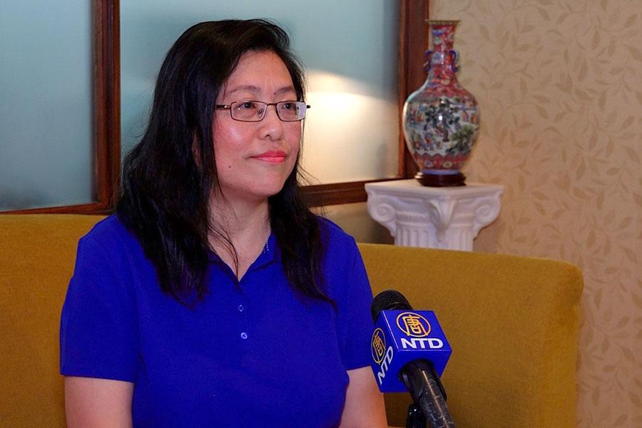 《大紀元時報》紐約中文版設計總監劉敏豫接受採訪談報紙的設計理念。(新唐人電視台)