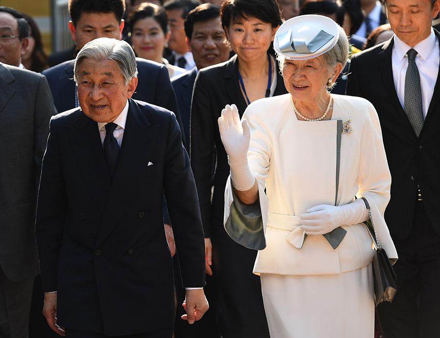 日本內閣周五通過一項法案,為明仁天皇(Akihito)退位鋪路,如果國會通過,這將是日本近兩個世紀以來,首次在位天皇退位。圖為明仁及夫人2017年3月首訪越南。(HOANG DINH NAM/AFP/Getty Images)