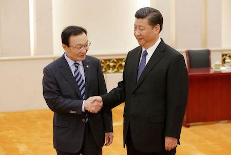 習近平19日在北京會見了南韓特使李海瓚(Lee Hae-chan)(左)。(JASON LEE/AFP/Getty Images)