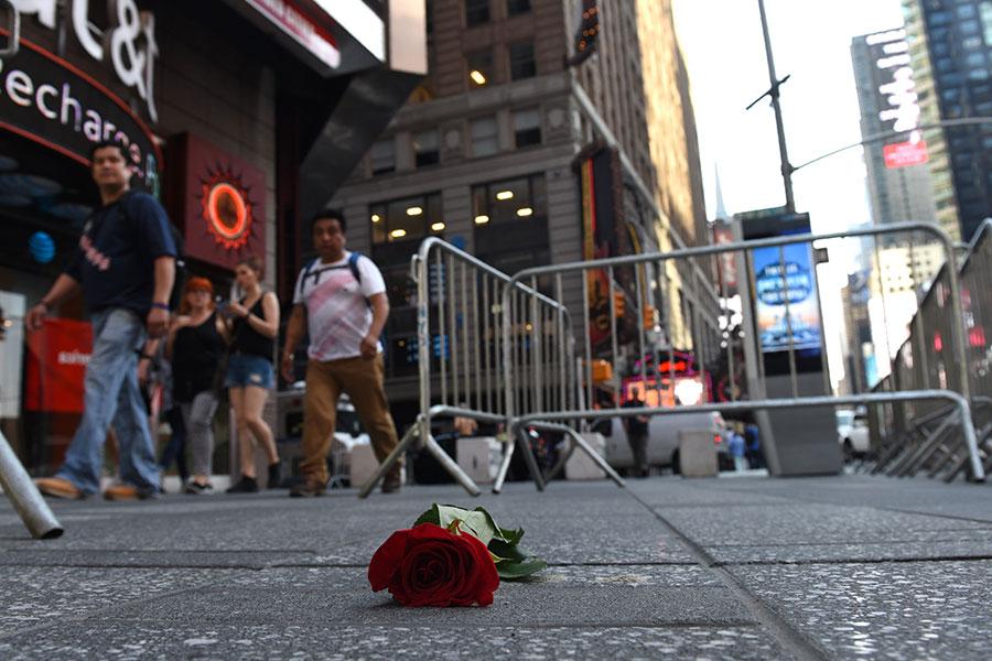 一名有醉駕前科的男子周四(18日)在紐約時代廣場附近駕車撞人,造成1人死亡,22人受傷。(TIMOTHY A. CLARY/AFP/Getty Images)