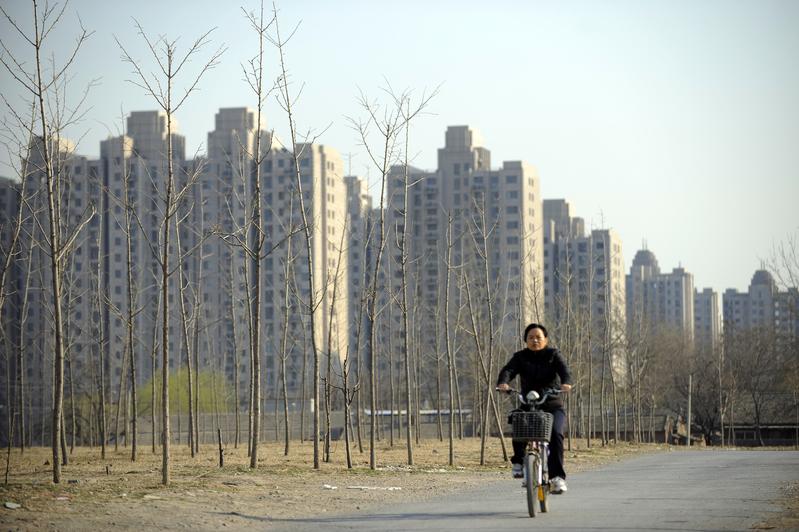 面對嚴厲的調控,越來越多的買房者開始觀望,有的已經不敢出手了。(LIU JIN/AFP)
