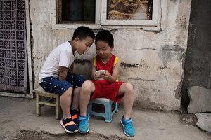 電子產品成兒童近視主因 中年後恐致盲