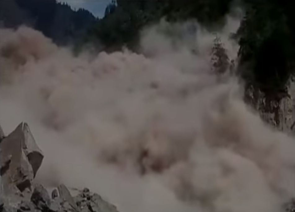 印度喜馬拉雅山大象峰附近19日發生山崩,導致瑞詩凱詩來往巴德林納斯高速公路中斷,約1萬4000人受困,所幸無人傷亡。(視像擷圖)