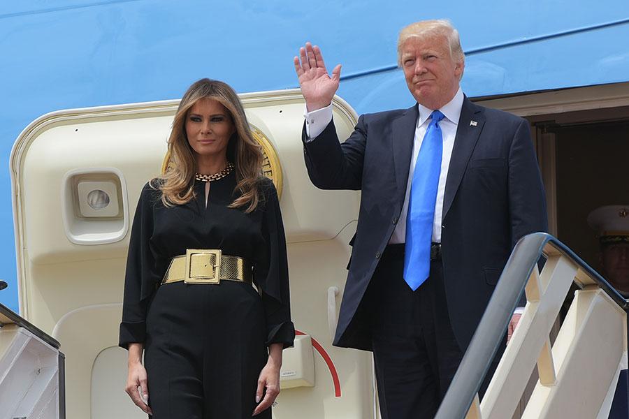 美國總統特朗普和第一夫人梅拉尼婭已經抵達沙特阿拉伯首都利雅得,開始了他作為總統的首次國外訪問。(MANDEL NGAN/AFP/Getty Images)