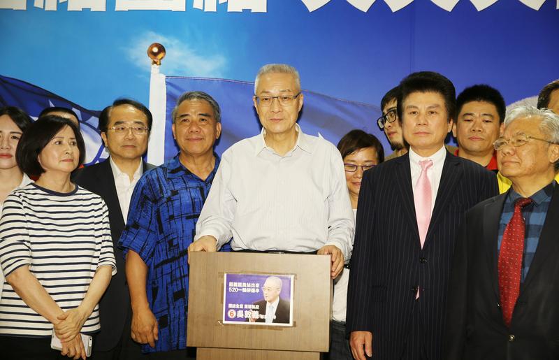 中國國民黨主席選舉5月20日落幕,新任黨主席確認由吳敦義(中)當選,吳敦義晚間也在競選總部發表談話,感謝支持。(中央社)