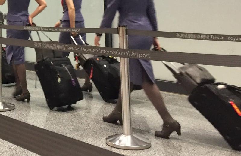 華航一名空服員20日從阿姆斯特丹返台入境時,被海關發現行李中夾雜微量大麻和K他命。這名空姐當晚被移送檢方偵辦。(中央社)