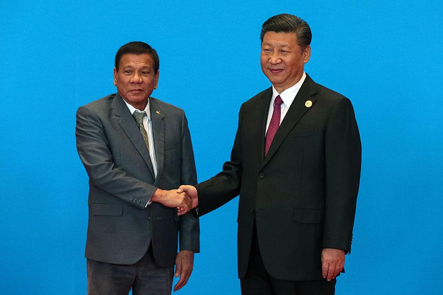 2017年5月15日,習近平在北京與來訪參與「一帶一路」高峰會的菲律賓總統杜特爾特握手。(Roman Pilpey-Pool/Getty Images)