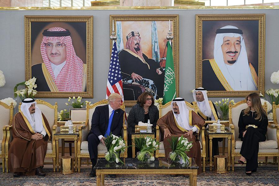 美國總統特朗普出訪第一站為中東地區,受到全球媒體關注。圖為特朗普及其夫人與沙特國王會面。(MANDEL NGAN/AFP/Getty Images)