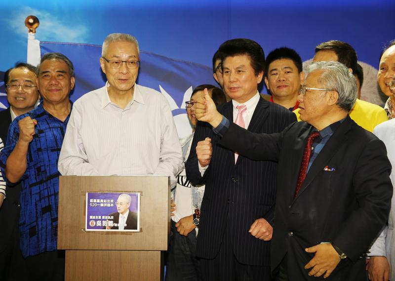 吳敦義(左三)當選中國國民黨新任主席。他當晚在競選總部發表講話,感謝支持。現場支持者也紛紛送上祝賀。(中央社)