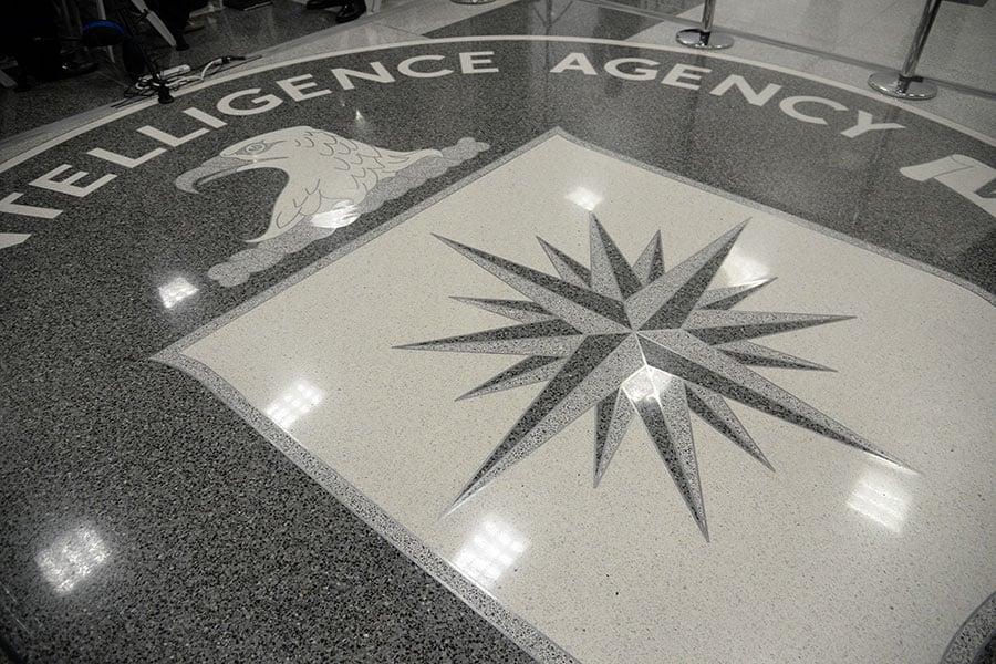 2010年至2012年底期間,由於情報洩漏,近20名美國中央情報局的情報人員遭到中共殺害或監禁。圖為位於美國維珍尼亞州蘭利的美國中央情報局的徽標。(Olivier Doulier – Pool/Getty Images)