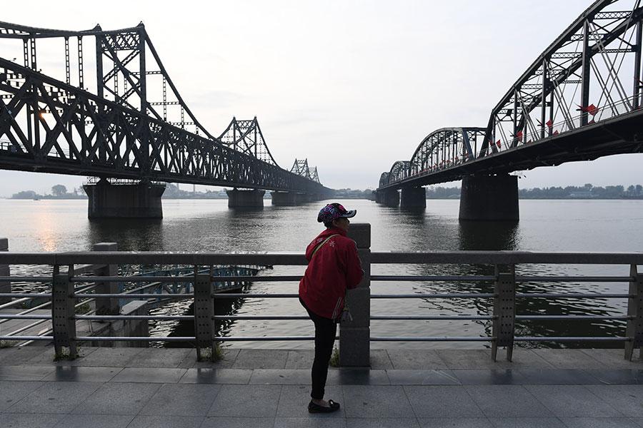 儘管過去11年來,聯合國通過七次制裁北韓的決議,包括禁止「大量現金」轉移,然而在中共的支撐下,幾無實效。圖為通往北韓的中朝友誼橋。(GREG BAKER/AFP/Getty Images)