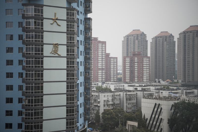 近日,大陸20個城市接連調控樓市。持續火熱的樓市一夜變天,新房認購猛跌。(FRED DUFOUR/AFP)