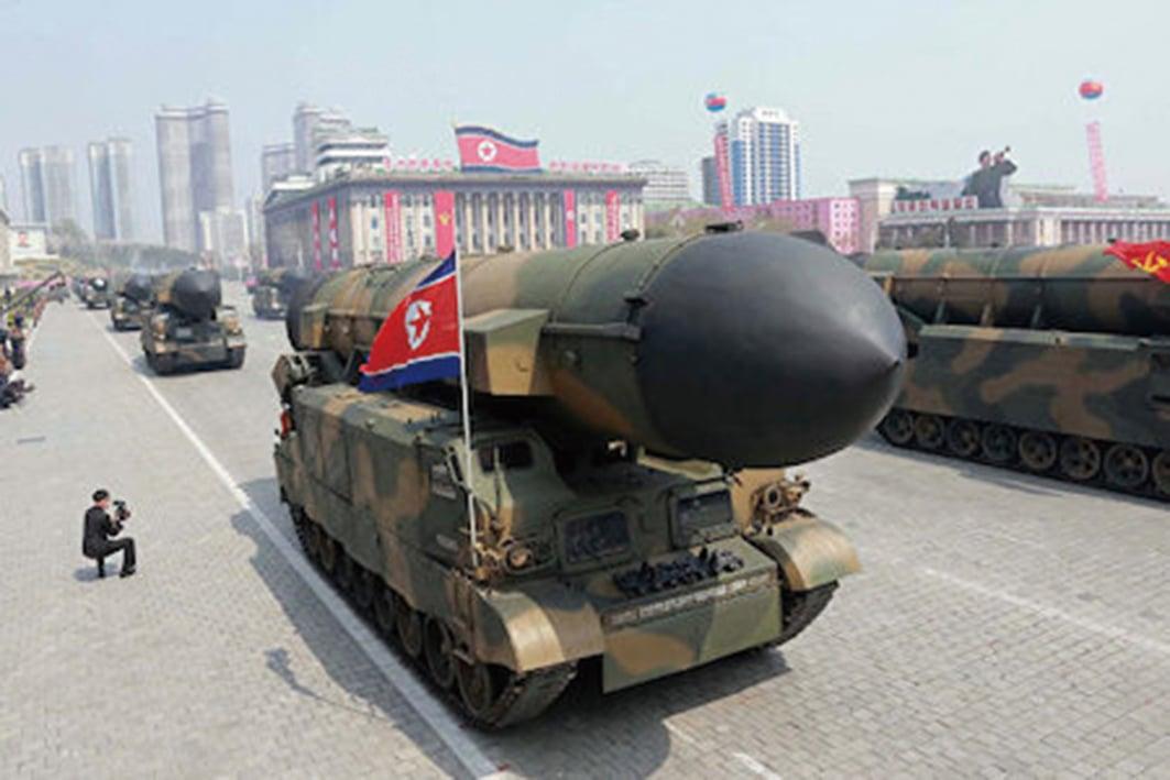 據韓國軍方聯合參謀本部的消息,北韓周日(5月21日)在平安南道北倉附近發射了一枚不明彈道導彈。圖為北韓今年4月閱兵式展示的導彈。(AFP)