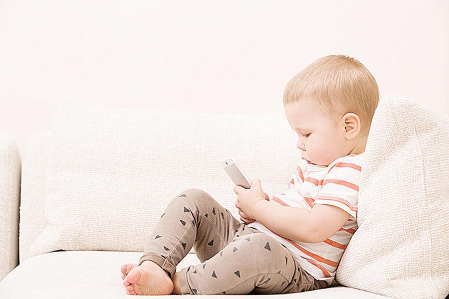 幼兒過度玩手機 法醫師:恐造成發展遲緩