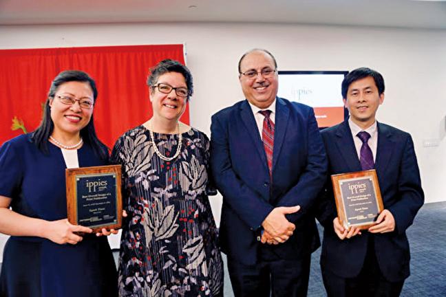 《大紀元》紐約中文版設計總監劉敏豫(左一)及大紀元副總編黃萬青(右一)在2017年度Ippies頒獎儀式上合影。(施萍/大紀元)
