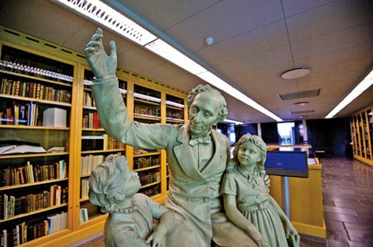 在丹麥歐登塞的安徒生博物館中,有一尊安徒生正在給兩個小孩講故事的雕像(網絡圖片)