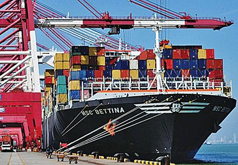 中國內需停滯導致資源類產品過剩,中國將擴大出口以去化產能。圖為山東青島港口。(AFP)