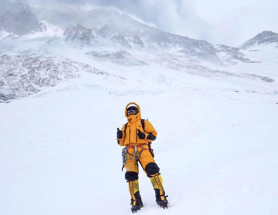 中學教師曾燕紅於清晨6 時登上8,848.44米的珠穆朗瑪峰峰頂,或成為香港史上首位登上珠峰峰頂的女性。(facebook「海拔8848.44 米上的課堂」圖片)