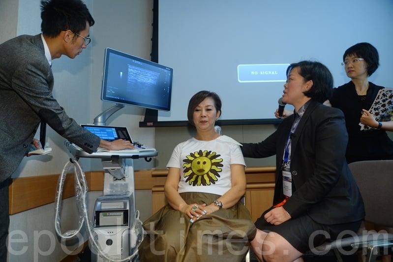 最新的科技透過實時超聲波動態造影檢查軟組織,可即時透視病人的肌肉、筋膜、骨骼以致神經活動時的細微狀況,更可即時診斷痛症成因及作為治療的監測工具。(宋碧龍/大紀元)