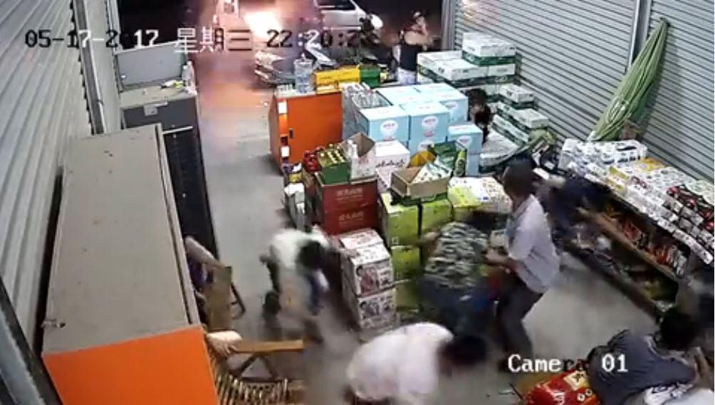 廣西數名蒙面男持槍超市亂射 場面火爆