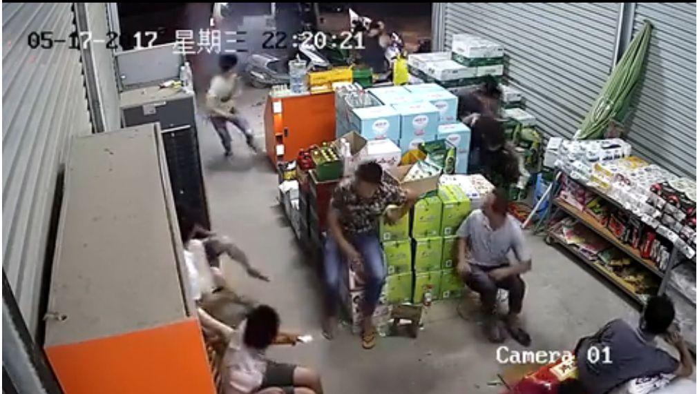 近日,有數名蒙面男子持火藥槍進入廣西博白鎮木垌村某超市進行掃射,將二人打傷。(視像擷圖)