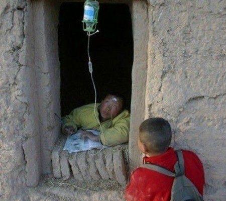 中共所謂「扶貧」項目中弄虛作假的荒誕事不斷被曝光。圖為網民熱傳的照片,諷刺中共治下的三座大山:住房、教育和醫療。(網絡圖片)