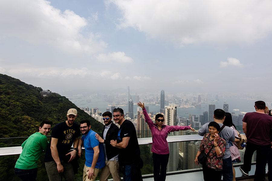 4月4日,在香港觀光的大陸遊客。(ANTHONY WALLACE/AFP/Getty Images)