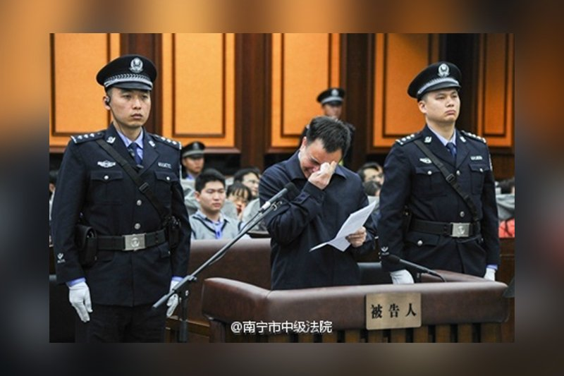 廣州市委原書記萬慶良好演戲,被民眾送綽號「六百帝」。圖為萬慶良在庭審中認罪,痛哭流涕。(南寧市中級法院微博)