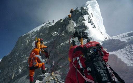 2009年5月19日的文件照片中,登山者走過希拉里台階。(AFP PHOTO/COURTESY OF PEMBA DORJE SHERPA)