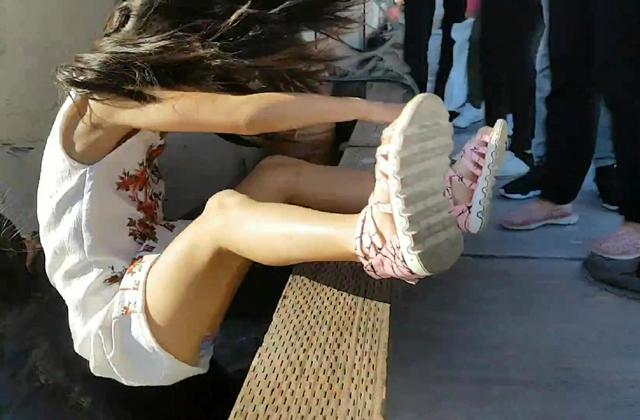 上周六(5月20日),史蒂夫斯頓碼頭發生海獅拖人下水的意外,一名華裔女孩被海獅拖拽下水。(視像擷圖)