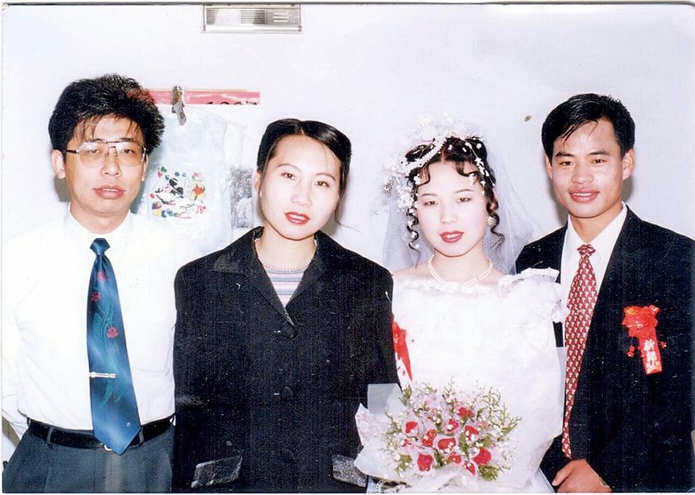 億萬富豪、2007年入籍加拿大的孫茜(左二)在妹妹孫讚(右二)的婚禮上。(大紀元資料室)