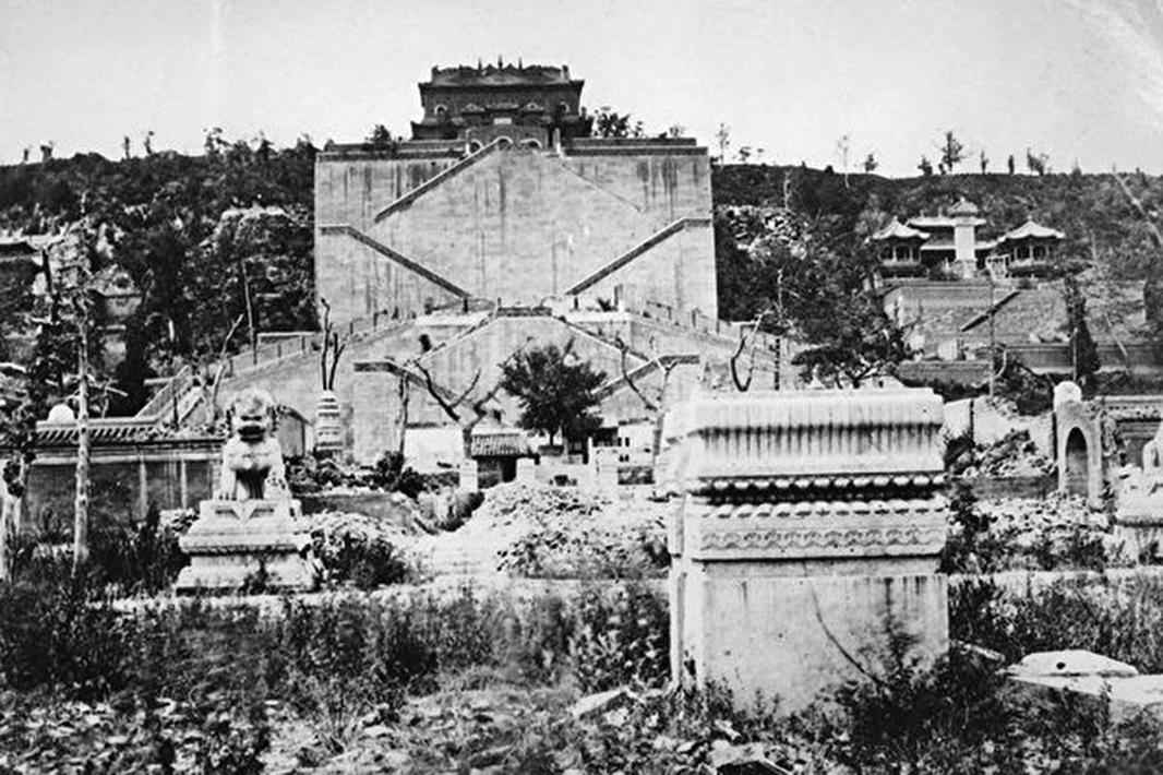 1869年,北京舊頤和園的廢墟, 1860年的第二次鴉片戰爭期間被英法軍隊摧毀。(Getty Images)